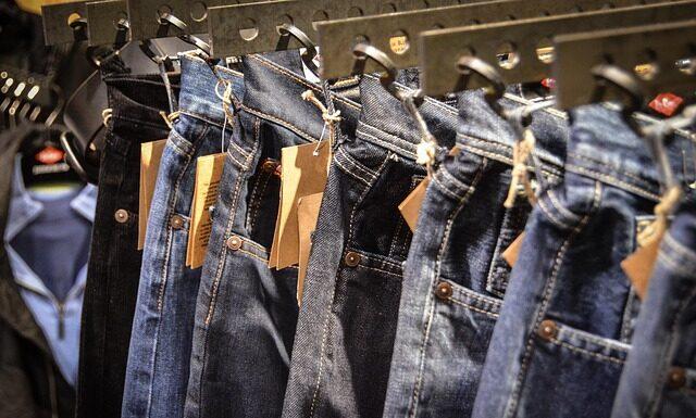 Spodnie jeansowe to podstawa wielu stylizacji